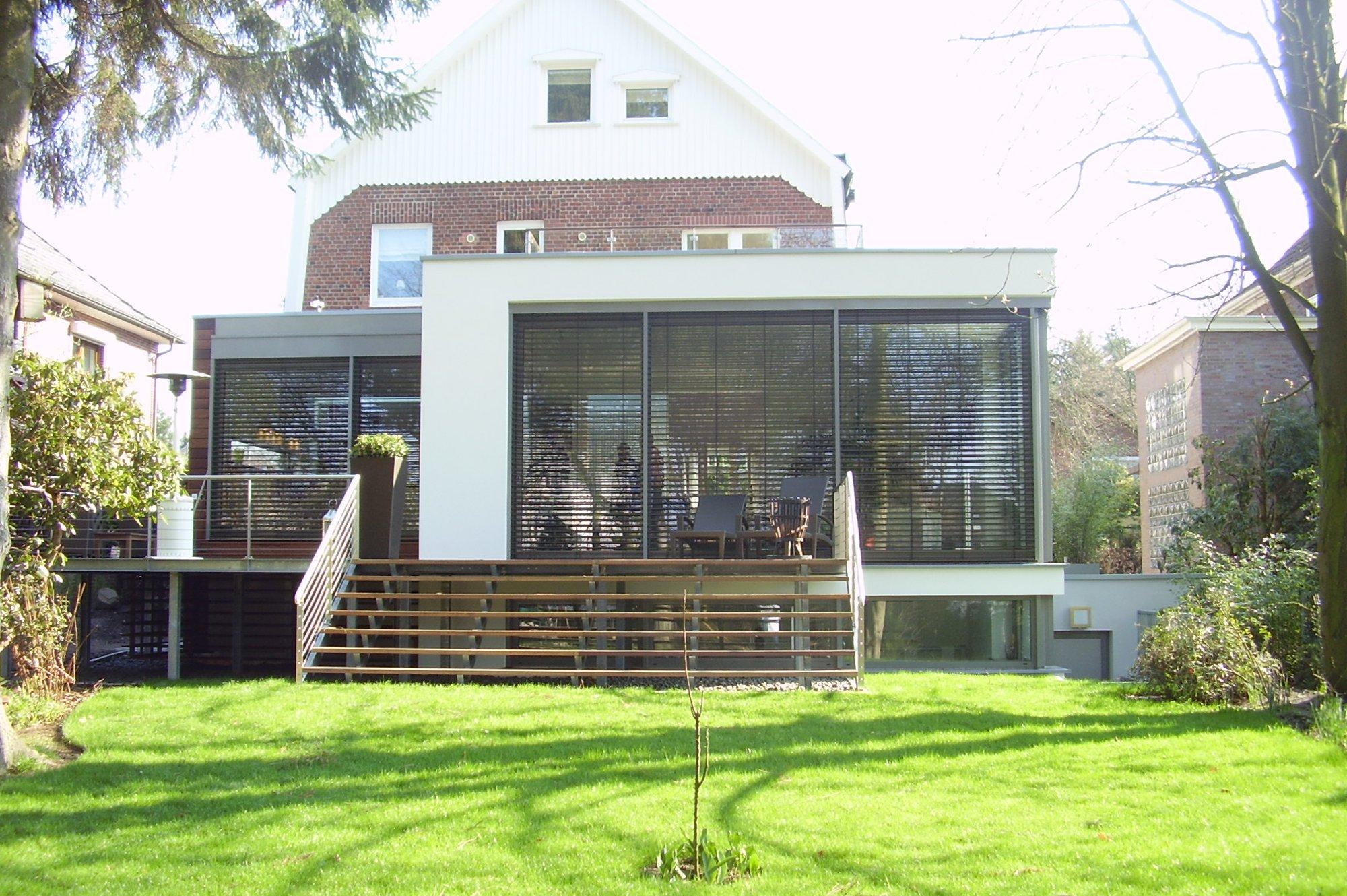 Frontansicht des Anbau Pfingstberg mit Grünfläche und Treppe zum Haus