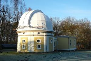 Aussenansicht des Besucherzentrums der Sternwarte von vorne