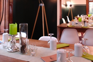 detaillierte Ansicht eines Tisches mit grün-weißer Tischdekoration
