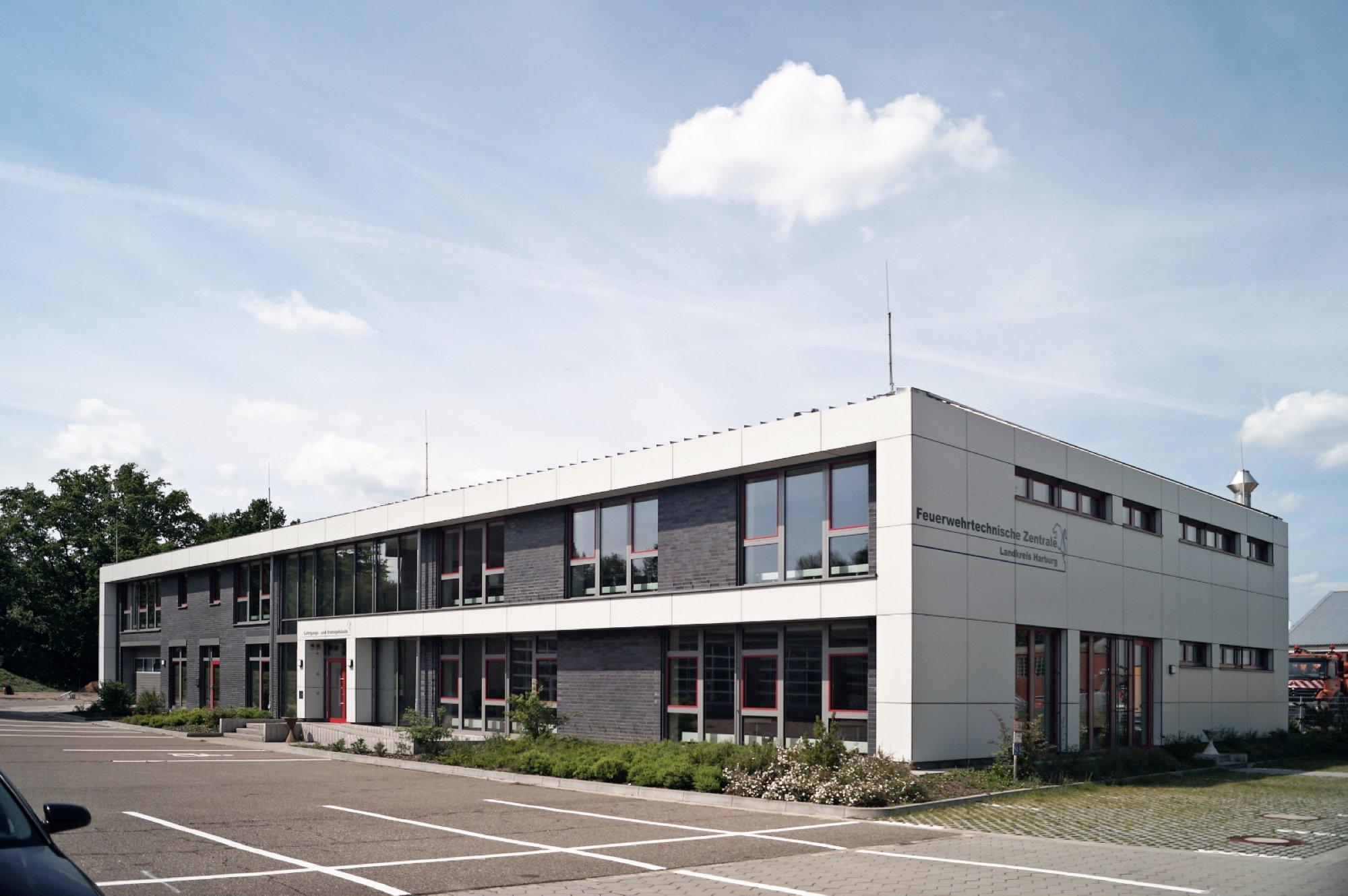 Aussenansicht des Gebäudes der Feuerwehrtechnischen Zentrale in Hittfeld