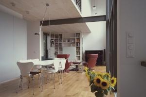 Innenraum mit weißem Tisch und Stühlen, modern eingerichtet