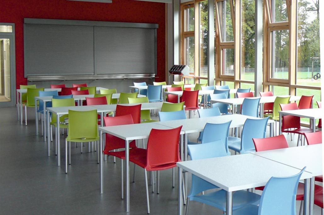 Viele bunte Stühle in der Mensa Hanstedt