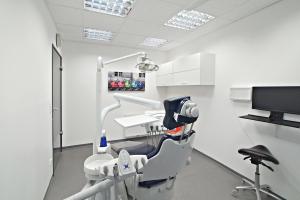 Behandlungszimmer mit speziellem Stuhl und Zahnarztbesteck
