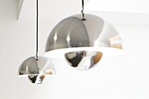 Zwei verchromte Lampenschirme